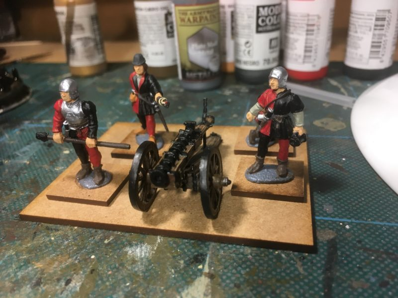 Gun crew block painted in their bal;ck and red livery.